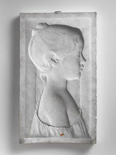 Meisjeportret tot borsthoogte met opgestoken haar en knoetje op achterhoofd. Rechterschouder ontbloot. Naar rechts gericht en profile.