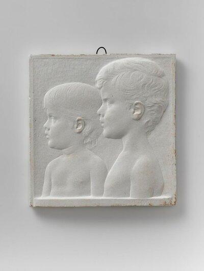 Portret van twee kinderen, naar links gericht en profile