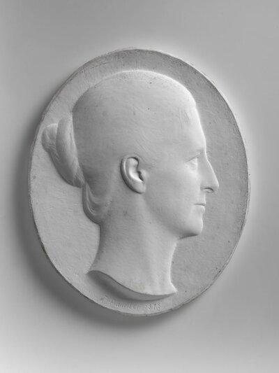 Portret van een jonge vrouw met opgestoken haar, naar rechts gericht.
