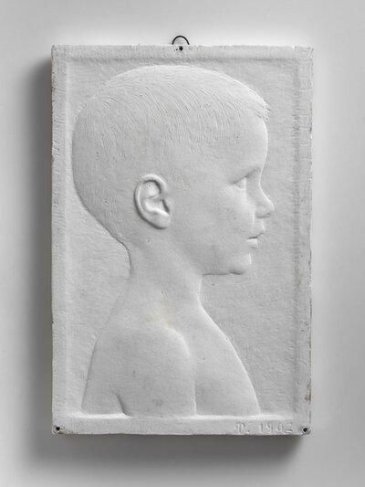 Portret van jongen, naar rechts gericht en profile.