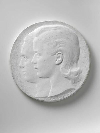Portret van twee vrouwen, beiden naar links gericht en profile.