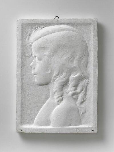 Meisjesportret met krullend haar en scheiding. Bloot schoudergedeelte. Maar links gerichte en profile
