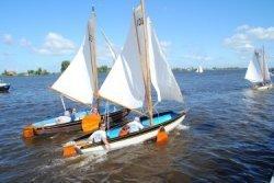 Zeilschepen nemen deel aan een vlootschouw op het Pikmeer te Grou ter gelegenheid van het 75-jarig jubileum van de Vereniging Grouwster Watersport (GWS)