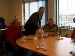 Loco-burgemeester Daan van der Meulen van Boarnsterhim lottert het eerste kievitsei van 2007. Vinder Auke van der West uit Wergea (rechts) kijkt toe