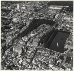 Luchtfoto Centrum en omgeving; onder van links naar rechts: Kneuterdijk, Vijverdam, Buitenhof en Hofweg; in het midden: Lange Voorhout, de Hoge Nieuwstraat, de Lange           Vijverberg met de Hofvijver; op de achtergrond het Malieveld en de Koekamp