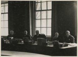 Binnenhof, Raad van State. Zitting afdeling 'Geschillen van Bestuur', van links naar rechts Schokking, Jhr. v. Bronkhorst-Sandberg, Jhr. F. Beelaerts van Blokland, Mr.           Limburg, Mr. Kan