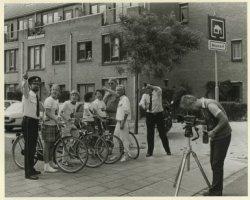 Politie maakt een fotoserie in de Charlie Parkerstraat voor verkeerslessen op scholen