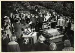 Les in vlasbewerking aan leerlingen van de Haagse scholen en kindertuinen, uiteenzetting over spinnewiel en weefstoel