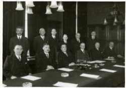 Installatie van de hypotheekcommissie op het departement van Economische Zaken, van links naar rechts staande: F.E.H. Ebels, jonkheer mr. G.W. van der Does, mr. Th.L. van           Berckel, prof. mr. dr. I.B. Cohen, mr. B. de Gaay Fortman, Chr. van den Heuvel, zittend: F.M. Bonants, mr. dr. J. Donner, minister mr. M.P.L. Steenberge, mr. dr. A.A. van Rhijn, mr. T.R.J.           Weyers en prof. mr. dr. S. van Brakel