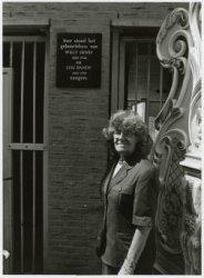 Van Limburg Stirumstraat, onthulling van een gedenksteen aan de nieuwbouw ter plaatse van het geboortehuis van Willy Derby en Lou Bandy, door Louise Berendsen-Dieben,           dochter van Lou Bandy