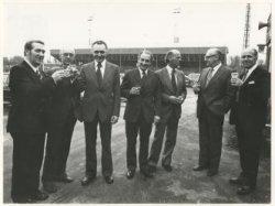 Bestuursleden van F.C. Den Haag bijeen in het Zuiderpark. Van links naar rechts J.Th. Groenewegen, N. van de Hoek en J. Monnee, allen van de amateurssectie; algemeen           voorzitter drs. W.J. Arons; J. Eversteyn en H. Choufoer van de sectie betaald voetbal en J. Huber van de amateurafdeling