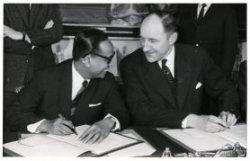 Ondertekening van het verdrag Nederland-Indonesië door de ministers van Buitenlandse Zaken Soebandrio en Luns