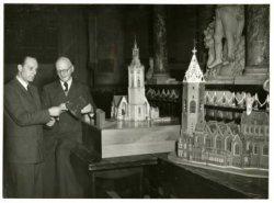 De tentoonstelling 'de Haagse toren door de eeuwen heen' in het koor van de Grote Kerk, rechts de oude toren, links de nieuwe toren, met klok in de hand de beiaardier Joh.           de Zwaan