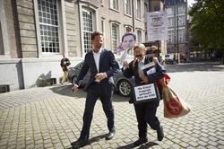 VVD-lijsttrekker en demissionair premier Mark Rutte aan het canvassen in de Haagse binnenstad, morgen zijn de verkiezingen. Confrontatie op het Kerkplein met demonstrant K.           Pitalist