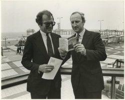 De directeur van de Stichting Scheveningen Bad, J. van de Weg (r.), overhandigt de directeur van het afdelingskantoor voor Noord-Amerika, J. Bertram, het eerste           'Scheveningen-paspoort'