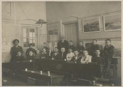 Vinkensteynstraat, openbare lagere school (nrs. 141-143), klassenfoto met links onderwijzes Anna (Johanna Sara) d'Hont (geboren 1-10-1877)