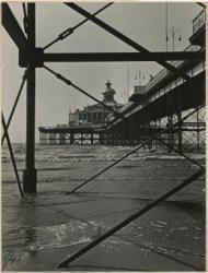 Wandelhoofd 'Wilhelmina', promenade en rotonde gezien vanaf het strand onder de pier