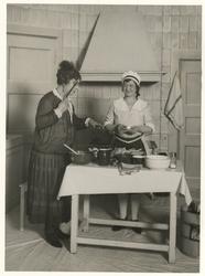 Rika Hopper Theater speelt in de Princesseschouwburg het Amerikaanse blijspel Alles voor vader, seizoen 1927/1928, met Julia Cuypers en Emma Morel