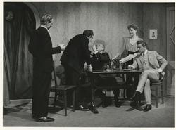 De Haagse Comedie speelt Oom Harry door Thomas Job, seizoen 1950/1951. V.l.n.r. Hent van der Horst (d'Arcy), Henk van Buuren (Albert), Theo Frenkel (Harry Quincey),           Elisabeth van Brussel (miss Philips) en Paul Buis (mr. Blake)