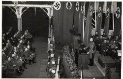 General-arbeidsführer dr. W. Decker houdt een rede in de grote zaal van de dierentuin voor het arbeitsbereich van de N.S.N.A.P. en de Rijksarbeidsdienst in Nederland over           het nut van de arbeidsdienst
