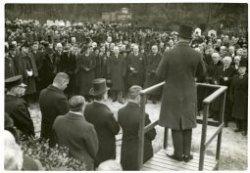 Begrafenis staatsraad A.W.F. Idenburg, tijdens de rede van dominee Barkey Wolf, midden minister Colijn, rechts jonkheer F. Beelaerts van Blokland en jonkheer A.C.D. de           Graeff