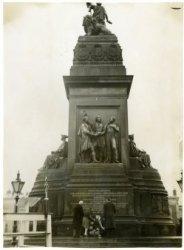Het Haags Comité voor Volksfeesten legt een krans bij het monument op Plein 1813 bij de herdenking van 125 jaar Nederlandse Onafhankelijkheid