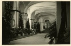 Feestverlichting en -versiering van een galerij van het paleis Noordeinde ter gelegenheid van het 40-jarig regeringsjubileum van Koningin Wilhelmina