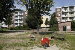 Schoonebeekstraat, speelplaats grenzend aan de Nijeveenstraat