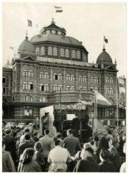 Ter gelegenheid van de opening van het Holland-festival speelt een reizende beiaardier op het Gevers Deynootplein