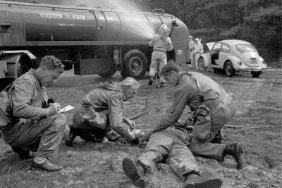 EHBR oefening. Behandelen van een gewonde. Op de achtergrond een tankwagen.