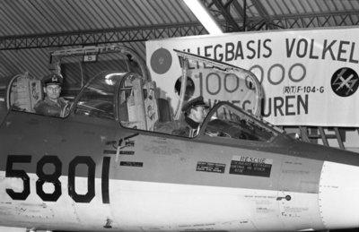 Met een fly-past van 16 Starfighters van Volkel, die in een strakke formatie over de thuisbasis trokken, gaf de vliegbasis Volkel op 17 januari 1975 te kennen het 100.000ste           uur op dit type straaljager te hebben volgemaakt. Dit in een periode van 10 jaren. In de cockpit van een twee-zits-versie van de Starfighter zit voorin de Chef Vliegdienst,           luitenant-kolonel-vlieger Borgsteyn en achterin de commandant vliegbasis kolonel-vlieger C. Baas.