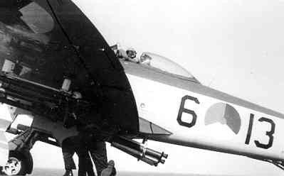 Voorbereidingen voor de start van carrier-jachtbommenwerper Hawker Seafury F.Mk.60 (1950-1957), nr. J-13 (6-13) vanaf vliegkampschip Hr.Ms. Karel Doorman (1948-1968) d.m.v.           RATOG, omstreeks 1954