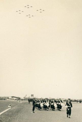 Commando-overdracht met de bijbehorende grond- en luchtparade.Tijdelijk Commandant 2Tactische Vliegbasis (2TVB Eindhoven) luitenant-kolonel J.L.W. Rhaesa draagt           het commando over de vliegbasis over aan kolonel-waarnemer H.P. Zielstra op 28-2-1954.