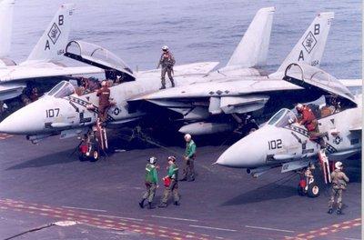 Gereedmaken van Grumman F-14 Tomcats (luchtverdedigingsjagers)aan boord van het vliegkampschip USS America in de Adriatische Zee in het kader van operatie Deny Flight. De           Tomcats behoren tot het Marine Squadron VF-102 Diamondbacks.