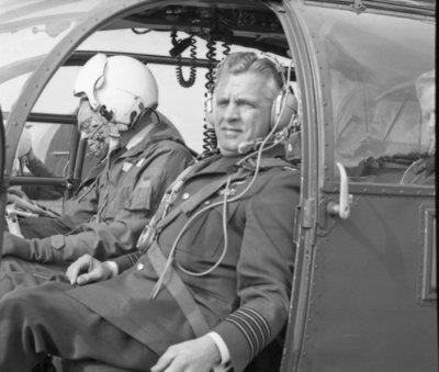 In zijn funktie van Inspecteur-Generaal van de Koninklijke Luchtmacht bezocht Z.K.H. Prins Bernhard de 12e Groep Geleide Wapens (12GGW) om zich op de hoogte te stellen van           de stand van zaken na de recente reorganisatie van de NIKE-eenheden. In de briefing-room op het Willem Versteegh Kamp te Hesepe gaf kolonel-vlieger-waarnemer R.A. Hengsdijk, commandant 12           GGW de prins een uitgebreid exposé over de huidige situatie en de toekomstige ontwikkelingen.Op de foto: Aankomst van de prins met zijn gezelschap per Alouette III           helikopter.