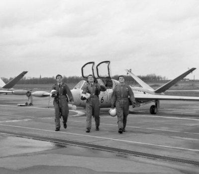 Nederlandse leerling-vliegers op de Belgische vliegbasis Brustem waar zij samen met hun collega's van de Belgische luchtmacht de Voortgezette vliegeropleiding (VVO) volgen           op de Fouga CM 170 Magister.De VVO duurt ongeveer 39 weken.