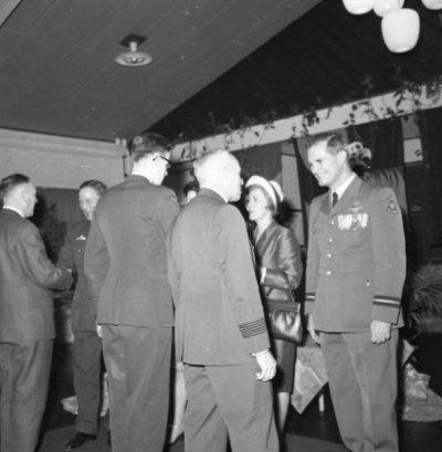 Commando-overdracht. Generaal-majoor-vlieger A.L. Cox draagt het commando over het Commando Tactische Luchtstrijdkrachten (CTL) over aan commodore-vlieger-waarnemer D.           Berlijn. Na afloop een druk bezochte receptie.