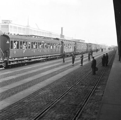 Aankomst per trein met militairen van de 1e Divisie 7 December in de haven van Amsterdam. Daarna volgt inscheping op het ms Bloemfontein voor vertrek naar           Nederlanfds-Indië.