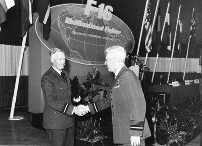 Nadat de directeur Materieel KLu, generaal-majoor H. Dieters (links) het eerste F-16 toestel in ontvangst heeft genomen, wordt hij gefeliciteerd door de BDL,           luitenant-generaal-waarnemer M.G. Geschiere.