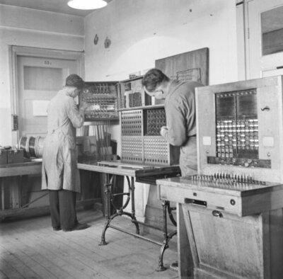 Klassieke telefooncentrale voor handmatige verbindingen.
