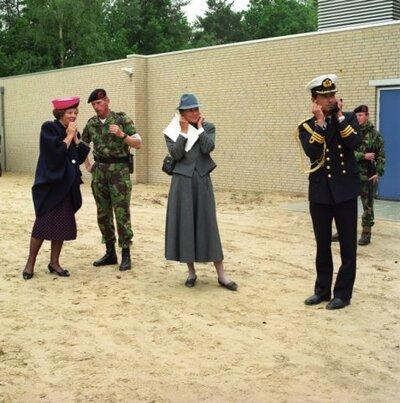 Bezoek van H.M. koningin Beatrix aan het Korps Mariniers in de Van Braam Houckgeestkazerne te Doorn.<br>