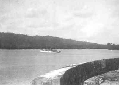 De baai van het eiland Saparoea (Molukken) met het G.s.s. Sirius en op de voorgrond het fort.