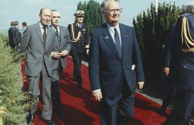 Onbekende bezoekers op Ypenburg. Heeft te maken met foto 2157-035234 en betreft het vertrek op 17 mei 1990 van de Finse president M.H.K. Koivisto en echtgenote           vanaf Ypenburg na hun driedaagse staatsbezoek aan Nederland.