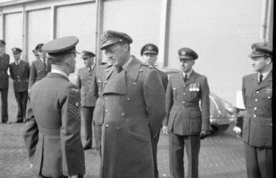 Z.K.H. Prins Bernhard, Inspecteur-Generaal van de Koninklijke Luchtmacht bracht op 10 maart 1959 een bezoek aan de vliegbasis Eindhoven waar hij in een door hem zelf           gevlogen T-33 arriveerde. De prins bezocht diverse onderdelen en diensten van de basis. Bezocht werden 314 en 315 squadron en na aldaar een demonstratie van ATO-starts en een scramble van           tweemaal 6 F-84F's te hebben bijgewoond, vervolgens de verschillende andere afdelingen.Eveneens bracht de prins een bezoek aan het kamp waar het op de vliegbasis Eindhoven           gelegerde personeel van de Britse Royal Air Force is gehuisvest. Op de foto: de prins in gesprek met een sergeant van de RAF.