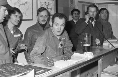 Afscheidsfeestje van eerste luitenant-vlieger W.H.J. Christiaans (311 squadron, Volkel). Christiaans vertrekt naar de Koninklijke Militaire Academie. Na zijn laatste vlucht           met een Lockheed F-104G Starfighter vult hij hier zijn vliegerlogboek in.