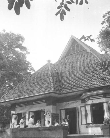 Een groepje Marva's in tropentenue op de veranda van Marvahuis Tjerk Hiddesz in de Progostraat te Soerabaja.