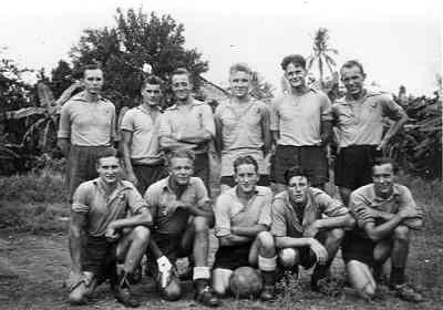 Voetbalelftal te Sorong op Ned Nieuw-Guinea in 1950