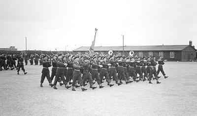 Beëdiging van een viertal officieren van vakdiensten, waarvan twee officieren der mariniers: LTZ VK E.H. Huiskens en C.J. de Vos te Volkel op 29 maart 1950.           Deflie