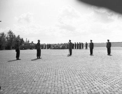Opname van de plechtigheden op de vliegbasis Woensdrecht waar op 26 augustus 1958 het commando over de vliegbasis zal worden overgedragen door commodore-waarnemer W. de Toom           aan kolonel-vlieger W. Bakker. Tevens zal op deze dag de beëdiging plaatsvinden van 17 officieren.