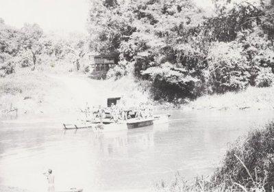Meerdaagse patrouille in het oerwoud door de mannen van 1-3-11 Regiment Infanterie. Deze foto is van 16 maart 1949 en heeft de volgende omschrijving: De gierpont bij Ledo,           nabij Sanggau, N.O. van Bengkajang.